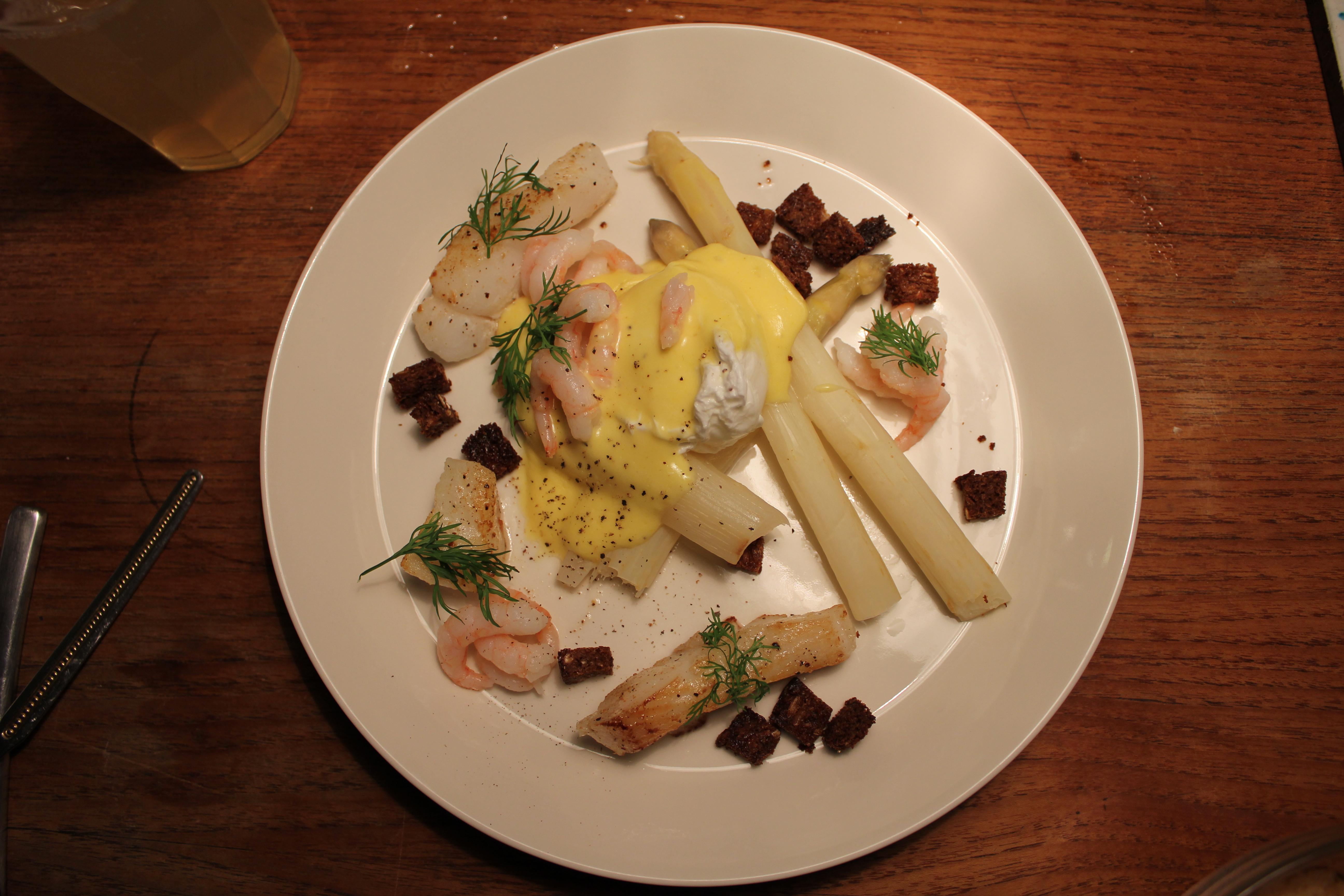 Hvide asparges med pocheret æg, hollandaise, hellefisk og rejer | Brøgger & Mikkelsen